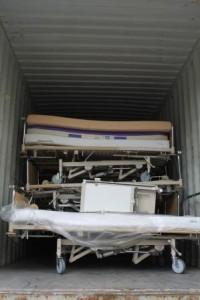 Bettenaustausch HKG 4_Abtransport der 34 Betten inklusive Zubehör. Die voll funktionsfähigen mechanischen Betten gehen als Spende an eine Klinik in Kenia.