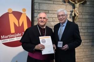 Verleihung der Martinusmedaille 2015 in Rottenburg / Dioezese Rottenburg - Stuttgart 08.11.2015 Bischof Dr. Gebhard Fuerst (li) mit Reinhard Probost FOTO: Dioezese Rottenburg - Stuttgart/Markus Ulmer