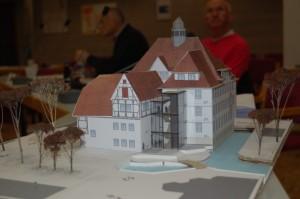 Das Modell zeigt, wie das Rathaus und das Schubarthaus nach der Generalsanierung aussehen werden.
