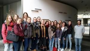 Schuelerinnen in Stuttgart