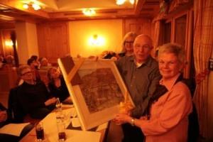 Johannes Bilgery bedankt sich bei seiner Vorgängerin Helge Mühlich mit einem Gemälde des alten, abgebrannten Waldheims